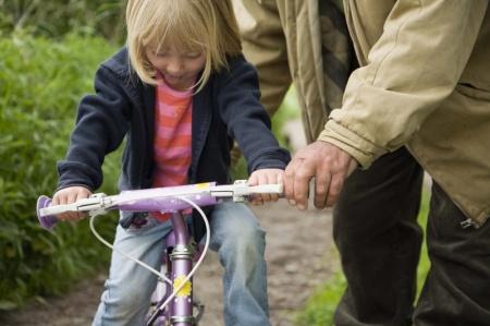 Hogyan tanítsuk meg a gyereket bicajozni?